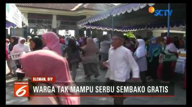Warga sekitar Candi Prambanan dan Ratu Boko, Sleman, DI Yogyakarta, berlomba dapatkan 1500 paket sembako murah.