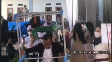 Datang Jelang Acara Pernikahan Selesai, Rombongan Tamu Bawa Kado Tak Terduga