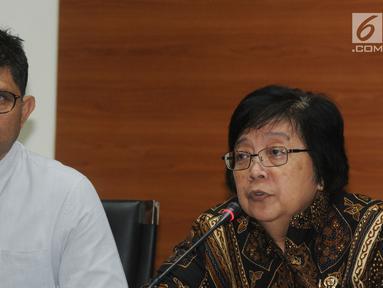 Wakil Ketua KPK Laode Muhammad Syarif (kiri) dan Menteri Lingkungan Hidup dan Kehutanan Siti Nurbaya (kanan) memberi keterangan di gedung KPK, Jakarta, Senin (21/5). (Merdeka.com/Dwi Narwoko)
