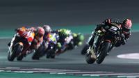 Pembalap Yamaha Tech 3, Johann Zarco saat masih memimpin balapan MotoGP Qatar 2018 di Sirkuit Losail. (KARIM JAAFAR / AFP)