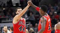Pemain Chicago Bulls, Nikola Mirotic (44) dan Bobby Portis merayakan keberhasilan timnya meraih poin saat melawan Boston Celtics pada lanjutan NBA basketball game di United Center, Chicago, (11/12/2017). Bulls menang 108-85. (AP/Charles Rex Arbogast)