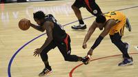Pemain Clippers Patrick Beverley (kiri) dikejar Donovan Mitchell pada play-off NBA (AFP)