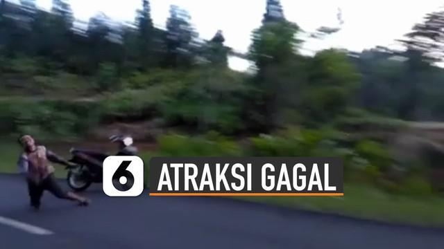 Niatnya melakukan atraksi di atas motor, pria ini justru tersungkur jatuh dari motor dan motornya masuk jurang.