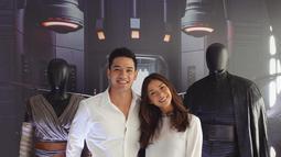 Pasangan suami istri ini kompak mengenakan atasan warna putih saat bertemu pemeran film Star Wars The Last Jedi. (Liputan6.com/Instagram/@nanamirdad_)