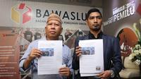Dahlan Pido (kiri) menunjukkan bukti jelang membuat pengaduan pelanggaran Pemilu di Gedung Bawaslu, Jakarta, Kamis (18/10). Mereka melaporkan dugaan pelanggaran pemilu oleh menteri Luhut Binsar Pandjaitan dan Sri Mulyani. (Liputan6.com/Helmi Fithriansyah)