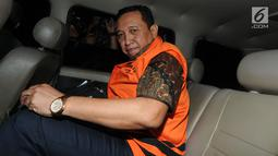 Sekretaris Jenderal KONI, Ending Fuad Hamidy memasuki mobil tahanan usai diperiksa di Gedung KPK, Jakarta, Kamis (20/12). Ending Fuad Hamidy ditetapkan sebagai tersangka dalam OTT terkait suap dana hibah dari Kemenpora ke KONI. (Merdeka.com/Dwi Narwoko)