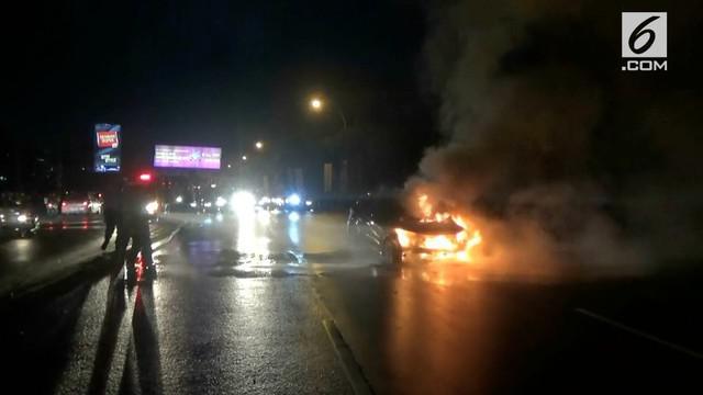 Kobaran api disertai ledakan, menghanguskan minibus yang dikendarai seorang wanita.