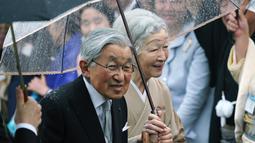 Kaisar Jepang Akihito dan Permaisuri Michiko menyambut para tamu saat pesta taman musim gugur di taman kekaisaran Akasaka Palace, Tokyo, Jumat (9/11). Mulai 1 Mei 2019 kaisar akan digantikan oleh Putra Mahkota Naruhito. (AP Photo/Eugene Hoshiko)