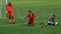 Warga Palestina yang diamputasi bermain bola di stadion Kota Gaza, Selasa (27/8/2019). Turnamen lokal tersebut diadakan pertama kali bagi orang-orang Palestina yang kehilangan anggota tubuhnya akibat tembakan Israel di Jalur Gaza. (AP Photo/Hatem Moussa)