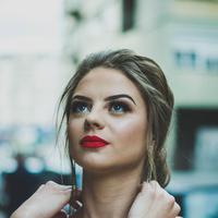 Lipstik merah bisa dijadikan sebagai corrector makeup. (unsplash.com/Nikola Jovanovic).