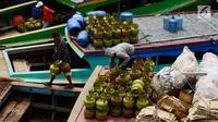 Pekerja melakukan bongkar muat elpiji 3 Kg di Dermaga Kampung Nelayan Cilincing, Jakarta, Sabtu (19/5). Gas-gas tersebut akan dikirim ke Muara Gembong, Bekasi, Jawa Barat. (Liputan6.com/JohanTallo)