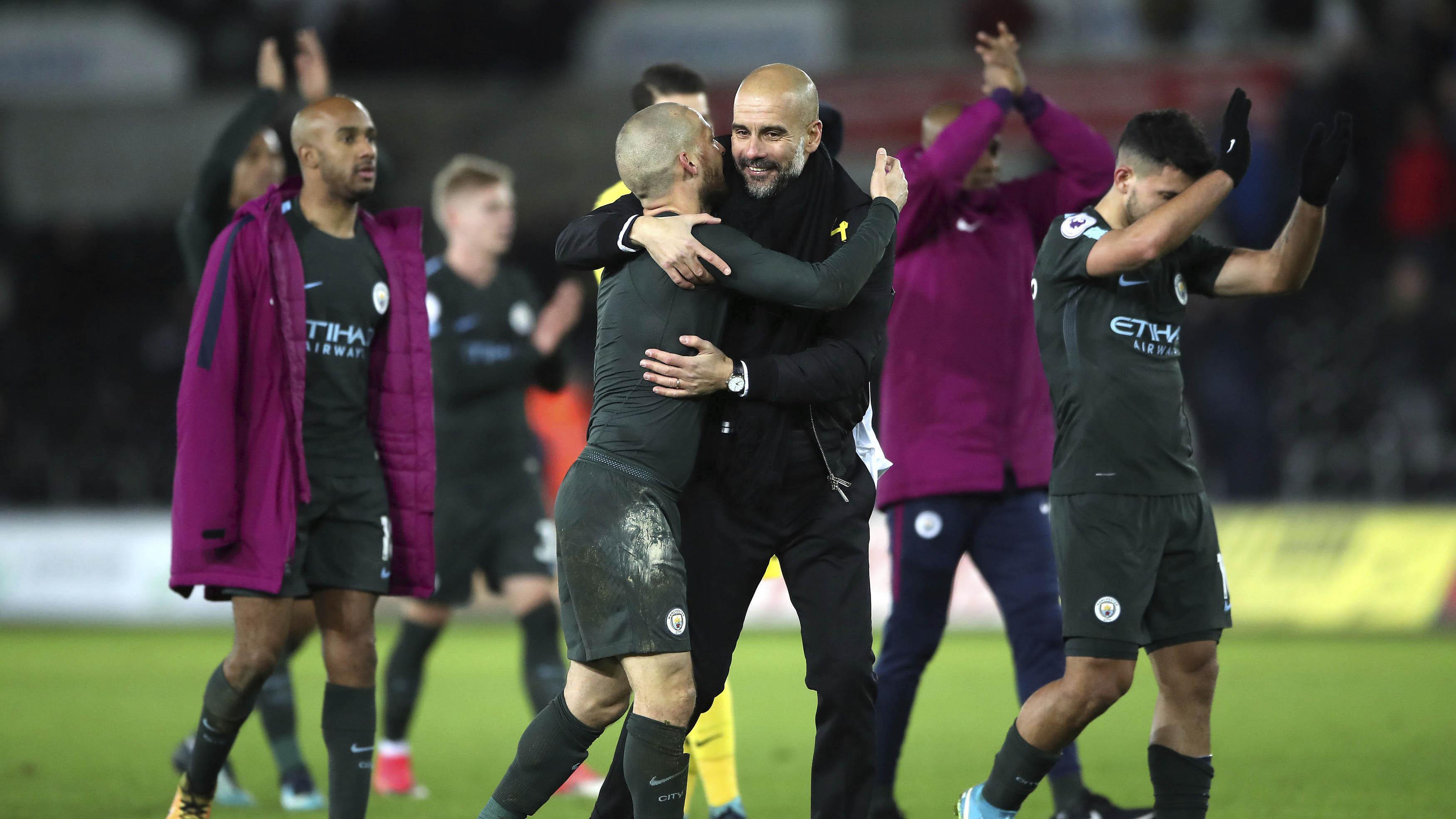 Pelatih Manchester City, Pep Guardiola, merayakan kemenangan atas Swansea City pada laga Premier League di Stadion Liberty, Rabu (13/12/2017). Manchester City menang 4-0 atas Swansea City. (AP/Nick Potts)