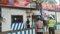 Pos Pelayanan Lalu Lintas 704 yang berada di pertigaan Jalan AP Pettarani dan Jalan Urip Sumoharjo, Makassar dilempari bom molotov oleh orang tak dikenal pada Minggu. (Foto: Liputan6.com/Fauzan)