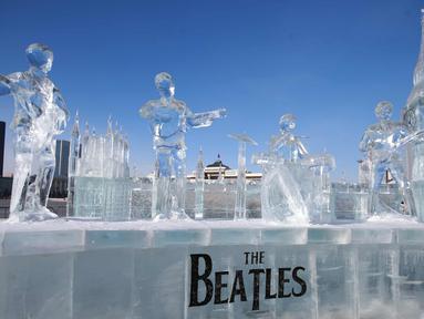 Patung es band The Beatles terlihat di alun-alun Sukhbaatar, di Ulaanbaatar, ibu kota Mongolia (23/1). Patung es ini dibuat oleh sekumpulan seniman yang dipimpin oleh Ts. Batmunkh. (AFP Photo/Byambasuren Byamba-Ochir)