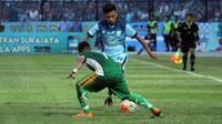 Mantan penyerang Timnas U-19, Saddil Ramdani (kanan) akan menjadi andalan Persela Lamongan musim ini. (Bola.com/Fahrizal Arnas)