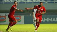 Selebrasi pemain Persija Jakarta, Rohit Chand (kanan) usai mencetak gol ke gawang Persita Tangerang pada pertandingan pekan kelima BRI Liga 1 di Stadion Pakansari, Selasa (28/9/2021). (Bola.com/ M Iqbal Ichsan)