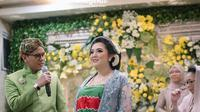 Momen prosesi upacara mitoni dari anak pertama Tiara Pangestika dan Arief Muhammad. (Sumber: Instagram @tiarapangestika)