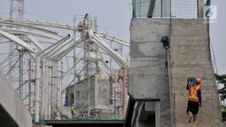 Pekerja beraktivitas selama pembangunan stasiun LRT rute Kelapa Gading-Velodrome, Jakarta, Rabu (4/7). Untuk pembangunan fisik dan rel kereta sudah hampir rampung dan saat ini pengerjaan terfokus pada penyelesaian stasiun. (Merdeka.com/Iqbal S. Nugroho)