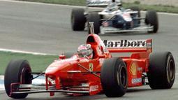 Hal serupa seperti kejadian GP Adeliede tahun 1994 juga ia lakukan ketika GP Jerez, Spanyol pada tahun 1997. Schumacher kali ini menutup jalur Villeneuve dan menyebabkan keluar lintasan. Ia diganjar diskualifikasi dari kejuaraan 1997 oleh FIA akibat perbuatannya tersebut. (Foto: AFP/Eric Cabanis)