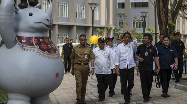 Presiden Indonesia, Joko Widodo, memantau kesiapan Wisma Atlet di Kemayoran, Jakarta, Senin (26/2/2018). Lokasi ini akan dijadikan tempat tinggal para atlet pada ajang Asian Games 2018. (Bola.com/Vitalis Yogi Trisna)