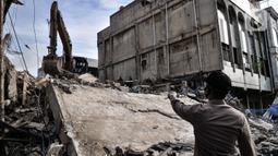 Polisi meminta pekerja menghentikan aktivitas pembongkaran di lokasi roboh bangunan di Jalan Kyai Caringing, Gambir, Jakarta, Kamis (3/9/2020). Tidak ada korban jiwa dalam robohnya bangunan empat lantai akibat kelalaian pekerja saat melakukan pembongkaran gedung tersebut. (merdeka.com/Iqbal Nugroho)