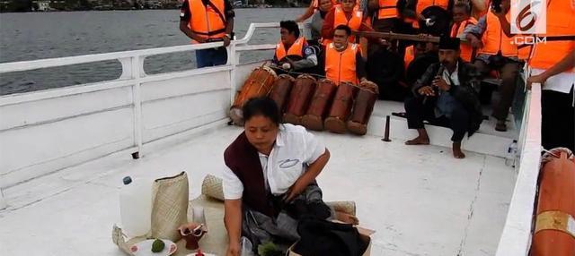 Keluarga dan kerabat korban tenggelamnya kapal KM Sinar Bangun mengadakan ritual gondang di atas kapal. Mereka mohon kepada yang kuasa agar kapal dapat di angkat dengan mudah.