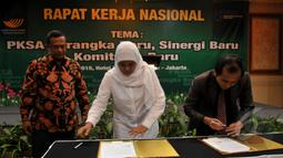 Menteri Sosial Khofifah (tengah) dan Ketua Komnas HAM Nur Kholis (kanan) saat menandatangani nota kerjasama , Jakarta, Selasa (5/5/2015). Kerjasama ini untuk mewujudkan kesejahteraan bagi korban kekerasan di masa lampau (Liputan6.com/Johan Tallo)