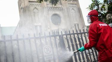 Istiqlal dan Katedral Disemprot Disinfektan