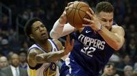 Gerakan menipu ala pemain Clippers, Blake Griffin (kanan) saat melewati pemain Warriors, Patrick McCaw pada laga NBA basketball game di Staples Center, Los Angeles, (6/1/2018). Warriors 121-105. (AP/Alex Gallardo)
