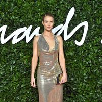 Rosie Huntington-Whiteley memakai koleksi Bottega Veneta di British Fashion Awards 2019