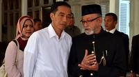 Presiden Joko Widodo (kiri) berbincang dengan Wali Nanggroe Aceh, Malik Mahmud (kanan) sebelum melanjutkan perjalanan meninjau PT Arun Gas, Aceh Utara di pendopo Banda Aceh, Senin (9/3/2015). (Rumgapres/Agus Suparto)