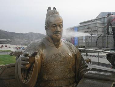 Membersihkan Patung Raja Sejong dan Laksamana Yi di Seoul