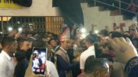 Presiden Jokowi diserbu emak-emak di Medan. (Liputan6.com/Hanz Jimenez Salim)