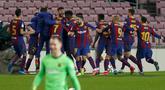 Bek Barcelona, Gerard Pique (tengah belakang) melakukan selebrasi dengan rekan-rekannya usai mencetak gol ke gawang Sevilla pada pertandingan leg kedua babak semifinal Copa del Rey di stadion Camp Nou di Barcelona, Spanyol, Kamis (4/3/2021). Barcelona menang telak atas Sevilla 3-0. (AP Photo/Joan Mo