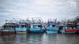Deretan kapal nelayan terparkir di Pelabuhan Muara Angke, Jakarta, Kamis (27/12). Nelayan Muara Angke memilih libur melaut karena angin muson barat dan gelombang tinggi. (Liputan6.com/Faizal Fanani)