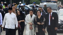 Presiden ke-5 RI Megawati Soekarnoputri menghadiri pemakaman istri presiden ke-6 RI Susilo Bambang Yudhoyono (SBY), Ani Yudhoyono di Taman Makam Pahlawan (TMP) Kalibata, Jakarta, Minggu (2/6/2019). (Liputan6.com/JohanTallo)