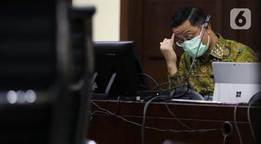 Terdakwa kasus korupsi Bantuan Sosial (Bansos) Covid-19 yang juga mantan Menteri Sosial Juliari Batubara saat menjalani sidang di Pengadilan Tipikor, Jakarta, Senin (10/5/2021). Sidang lanjutan tersebut beragendakan mendengar keterangan empat orang saksi. (Liputan6.com/Helmi Fithriansyah)