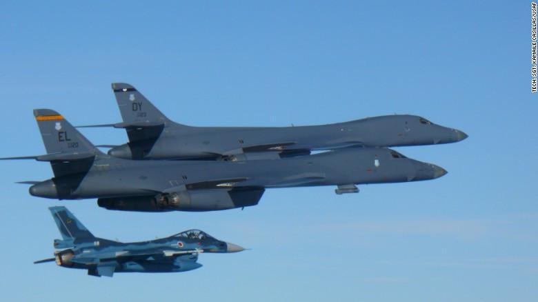Dua Rockwell B-1 Lancer terbang bersama F-2 Fighter Jet Japan Air Self Defense Force (bawah) (US Air Force)