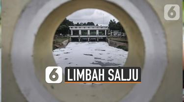 Limbah busa seperti salju masih terlihat di aliran banjir kanal timur (BKT), Duren Sawit, Jakarta Timur.
