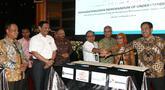 Plt Dirut PLN Sripeni Inten Cahyan bersama perwakilan PT Pos Indonesi, Jasamarga, Pertamina, dan Angkasapura usai MoU terkait pengembangan Stasiun Pengisian Kendaraan Listrik Umum (SPKLU) untuk percepatan kendaraan listrik berbasis baterai di Jakarta, Rabu (16/10/2019). (Liputan6.com/Fery Pradolo)