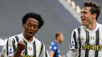 Gelandang Juventus, Juan Cuadrado (kiri) merayakan gol bersama Federico Chiesa pada laga kontra Inter Milan di Allianz Stadium, Sabtu (16/5/2021). (AFP/Isabelle Bonotto)