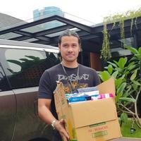 Chicco Jerikho bantu korban banjir (Daniel Kampua/Fimela.com)