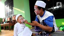"""Yahya memiliki kesenangan pada dunia hiburan khususnya badut. Menghibur dan mengundang gelak tawa  anak-anak adalah sesuatu yang amat bernilai bagi hidupnya. Terkadang ia mengajak anak bungsunya  yang suka dipanggil """"Bacil"""" atau badut cilik mengajar bersama. (merdeka.com/Arie Basuki)"""