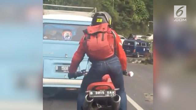 Pria ini menggoyangkan pinggulnya saat mengendari motor karena lelah.