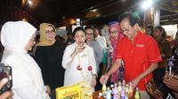 Menko PMK Puan Maharani didampingi Direktur Marketing PT Sido Muncul Irwan Hidaat meninjau stan pameran jamu di Pemkab Sukohaaro, Senin (18/3).(Liputan6.com/Fajar Abrori)