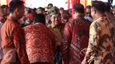 "Wapres Jusuf Kalla (JK) berjabat tangan dengan para tamu saat menghadiri puncak Hari Lingkungan Hidup Sedunia Tingkat Nasional tahun 2016 di Kabupaten Siak, Riau, Jumat (22/7). ""Go Wild for Life"" menjadi tema acara ini. (Liputan6.com/Faizal Fanani)"