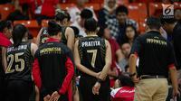Para pemain timnas basket putri Indonesia  mendengarkan arahan pelatih dalam laga round robin SEA Games 2017 di  MABA Stadium,Kuala Lumpur, Malaysia, Jumat (25/8). Tim basket putri Indonesia kalah dari Thailand 61-70. (Liputan6.com/Faizal Fanani)