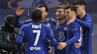 Striker Chelsea, Timo Werner (ketiga kanan) berselebrasi dengan rekannya usai mencetak gol ke gawang Real Madrid pada leg kedua semifinal Liga Champions di Stamford Bridge, London, Kamis (6/5/2021). Berkat hasil ini, Chelsea lolos ke final dengan kemenangan agregat 3-1. (AP Photo/Alastair Grant)