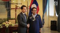 Menteri Luar Negeri Retno Marsudi menyambut kedatangan Menlu Laos, Saleumxay Kommasith di Jakarta, Kamis (27/7). Kedua menlu akan melakukan pertemuan bilateral dalam kerangka JCBC atau komisi bersama untuk kerjasama bilateral. (Liputan6.com/Faizal Fanani)