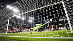 Kiper Copenhagen, Karl-Johan Johnsson, berusaha menghalau bola saat melawan Manchester United pada laga Liga Europa di Stadion Rhein Energie, Senin (10/8/2020). MU menang tipis 1-0 atas Copenhagen.  (Wolfgang Rattay/Pool via AP)